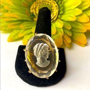 Vintage • Cameo brooch hrld in gold